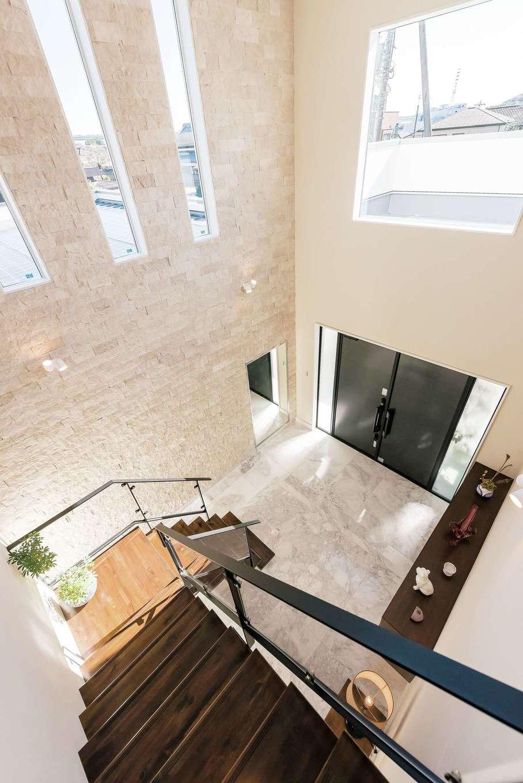 ぽっくハウス【芦工匠】【デザイン住宅、間取り、インテリア】天井高7mの広い吹き抜けの玄関ホール。土間には大理石を使用し、高級感ただよう空間に
