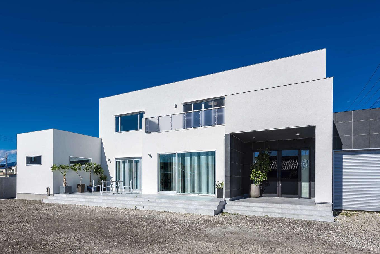 ぽっくハウス【芦工匠】【デザイン住宅、間取り、インテリア】青い空に映える真っ白な外観がシンプルでスタイリッシュ