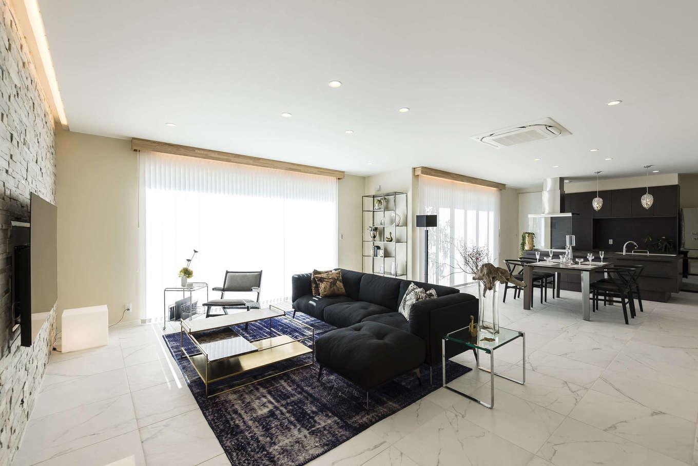 ぽっくハウス【芦工匠】【デザイン住宅、間取り、インテリア】外観にあわせて白をメインカラーにしたLDK。TVボードがより一層高級感を引き立てる