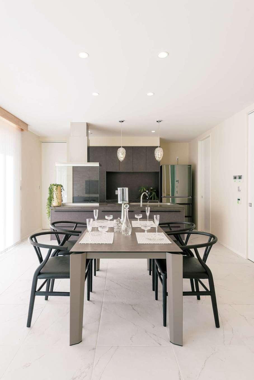 ぽっくハウス【芦工匠】【デザイン住宅、間取り、インテリア】シックな黒のキッチンをはじめ、冷蔵庫や家具も黒で統一。白い大理石の床とのコントラストでモダンな仕上がりに