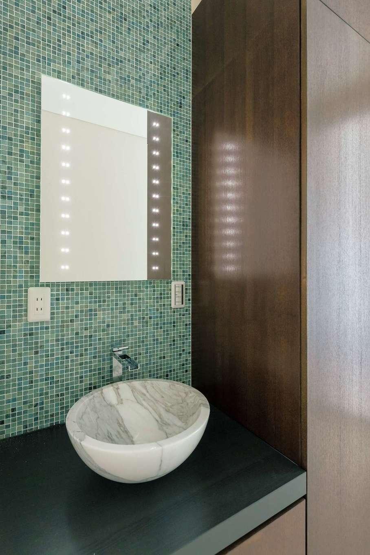 ぽっくハウス【芦工匠】【デザイン住宅、間取り、インテリア】洗面所のタイルは『芦工匠』からの提案でチョイス。大理石の洗面ボールもおしゃれ
