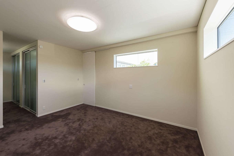 ぽっくハウス【芦工匠】【デザイン住宅、間取り、インテリア】白い壁と床一面のカーペットで、ホテルライクな寝室を演出