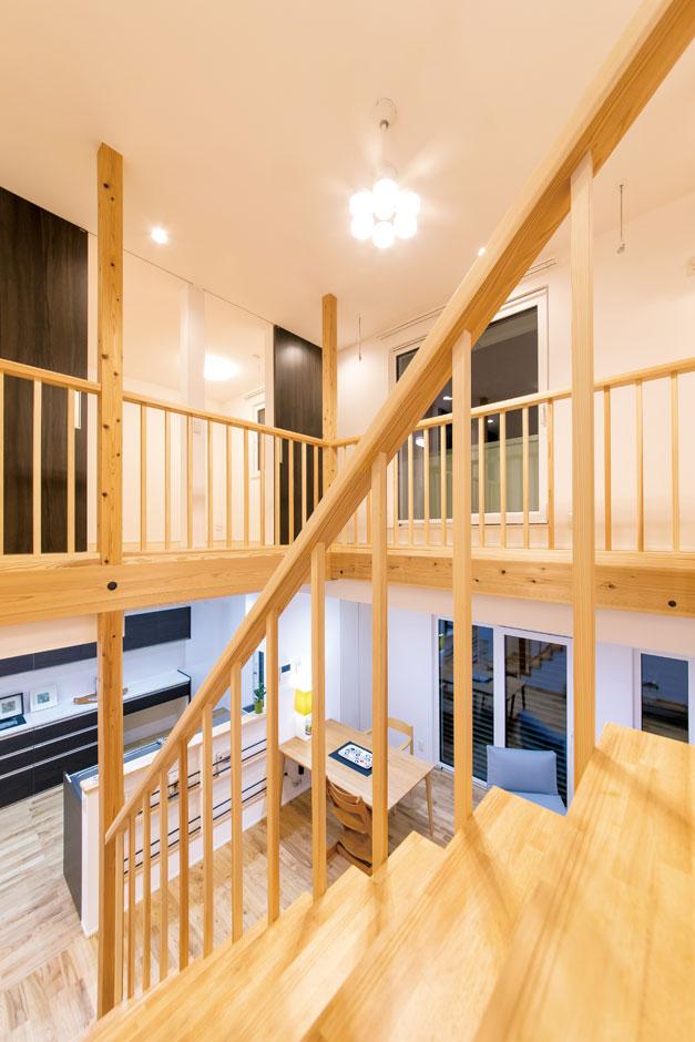 低燃費住宅 静岡(TK武田建築)【子育て、自然素材、省エネ】1階も2階もぐるぐると回遊できる間取り。2階の床は格子板を張り、通気を効率的に促す。キッチンから子どもがどこにいても気配がわかるので奥さまも安心