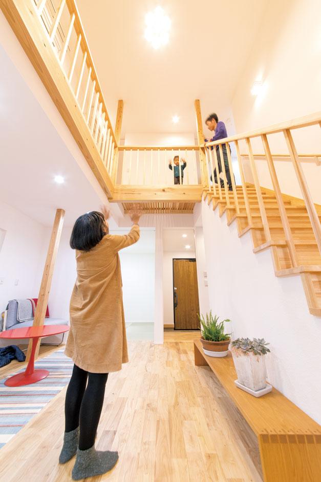 低燃費住宅 静岡(TK武田建築)【子育て、自然素材、省エネ】家のセンターコアに吹抜けとリビング階段を配置したコミュニケーションの取りやすい間取り