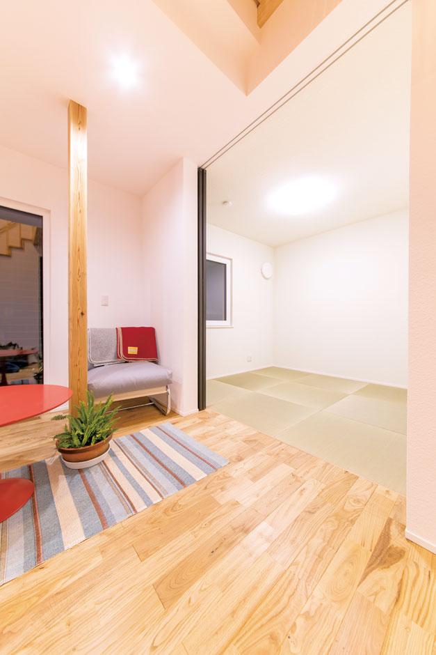 低燃費住宅 静岡(TK武田建築)【子育て、自然素材、省エネ】リビングと隣接した畳コーナー。客間として使うのはもちろん、洗濯物をたたんだり、子どもを昼寝させるのにも便利