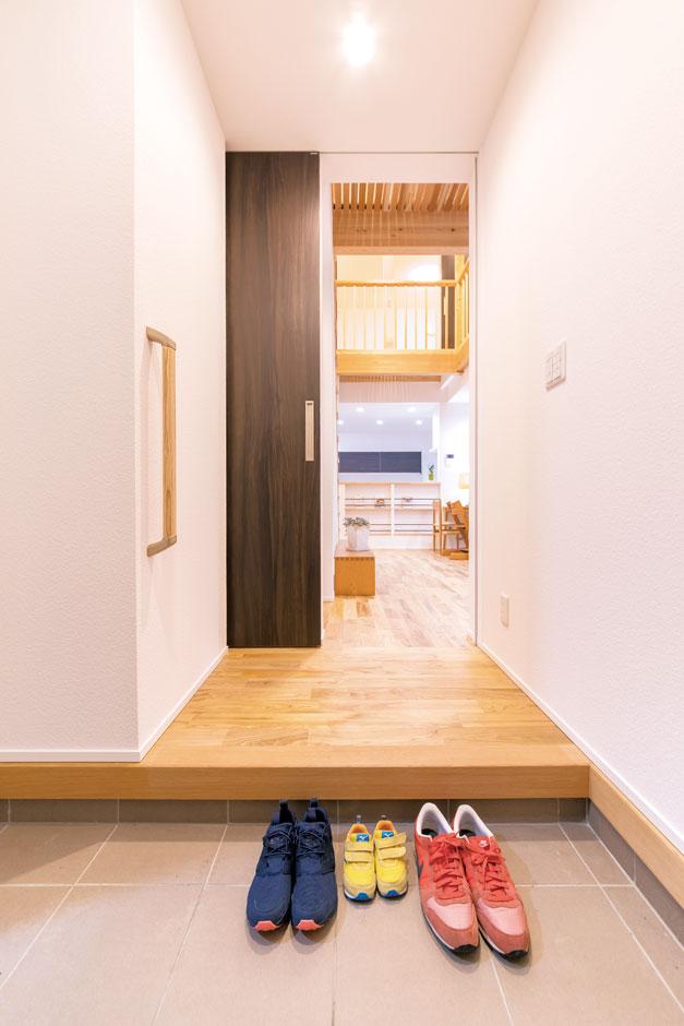 低燃費住宅 静岡(TK武田建築)【子育て、自然素材、省エネ】ゆったりとした玄関ホール。ホタテ漆喰の塗り壁が不快な湿気や乾燥を軽減してくれる