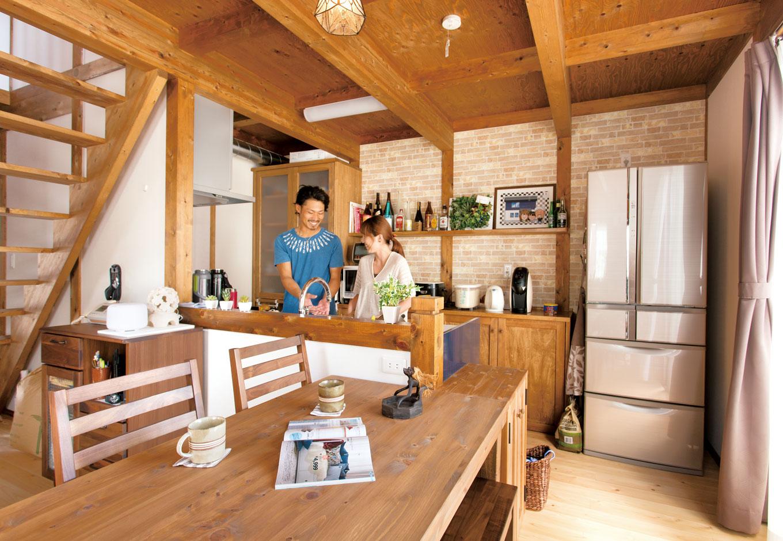 サイエンスホーム【デザイン住宅、自然素材、省エネ】休日はご主人も料理を手伝うため、キッチンスペースを広く確保。バックヤードにタイルを貼ってアクセントをつけた。造作のカップボードが暮らしを豊かに彩る