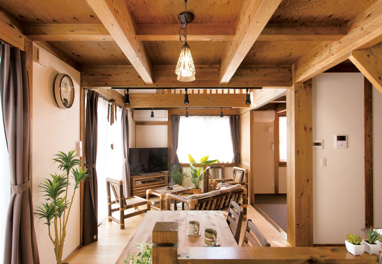 サイエンスホーム【デザイン住宅、自然素材、省エネ】キッチンから家族の様子が見渡せるようにプランニング。吹抜けを通じて2階の気配もわかるので奥さまも安心