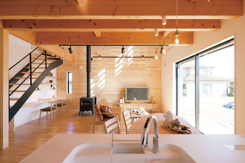 住まいるコーポレーション【デザイン住宅、自然素材、省エネ】アイランドキッチンに立つと、LDKはもちろん庭の外まで一望できる。キッチンの周りに回遊性のある動線を確保し、家事もラクラク。家族皆で調理を楽しむことも