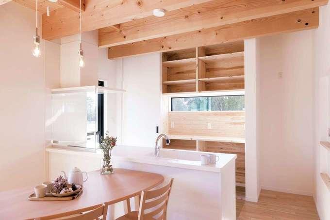 住まいるコーポレーション|キッチン背面の収納スペースは、普段はオープンにして使いやすく。ゲストが来たらサッと扉を閉めて整然とした美空間をキープ