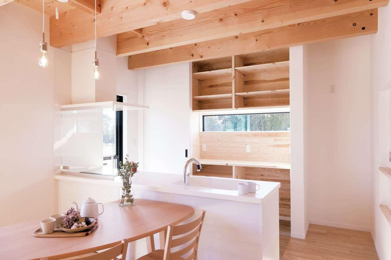 住まいるコーポレーション【デザイン住宅、自然素材、省エネ】キッチンの背面収納は普段はオープンにして使いやすく。来客時には引き戸を閉めれば、生活感を瞬時に隠して美しく整った空間に