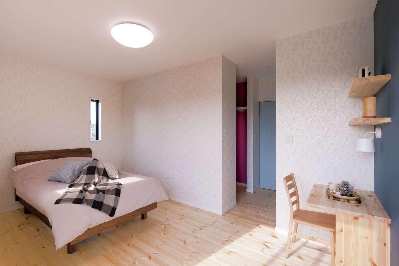 住まいるコーポレーション【デザイン住宅、自然素材、省エネ】寝室にはパインの床と同じ色・同じ素材でカウンターと棚を設置。統一感溢れるコーディネートが好印象