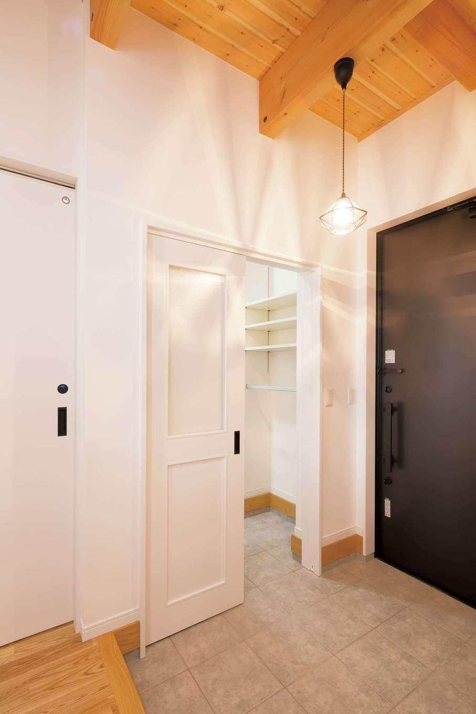 住まいるコーポレーション【デザイン住宅、自然素材、省エネ】玄関の白い扉の先はシューズクローク。その奥には家族用の下足場があり洗面・浴室につながっているので、子どもがどろんこで帰ってきてもすぐにシャワーを浴びられる