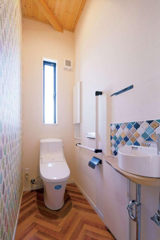 住まいるコーポレーション【デザイン住宅、自然素材、省エネ】ヘリンボーン柄の床と手洗いのタイルがオシャレな1階のトイレ