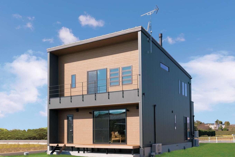 住まいるコーポレーション【デザイン住宅、自然素材、省エネ】キューブスタイルの外観は、深緑×木目調の外壁が個性的