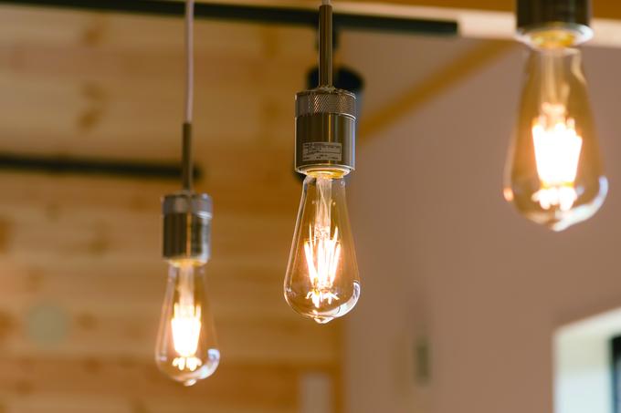 住まいるコーポレーション|優しい光でリビングを照らしてくれるエジソンランプ