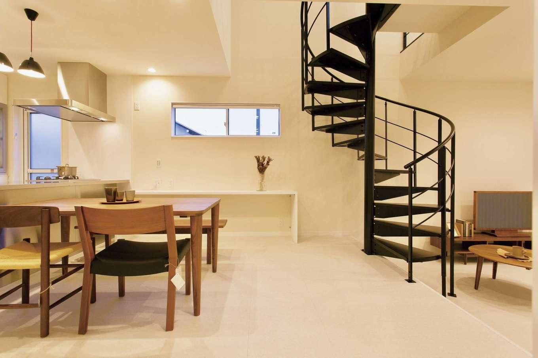 ARRCH アーチ【デザイン住宅、建築家、インテリア】リビングをフロアダウンさせることで、空間に奥行きが生まれた