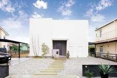 リゾート感覚で暮らせる 螺旋階段付きのデザインハウス