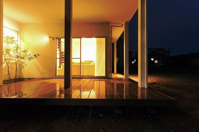 ARRCH アーチ【デザイン住宅、建築家、インテリア】外と中をつなぐ大きなウッドデッキはアウターリビングとして大活躍