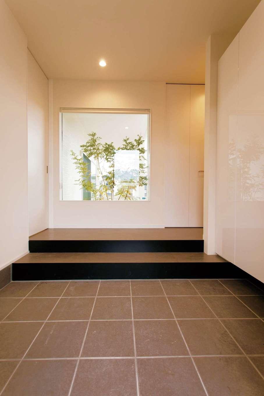 ARRCH アーチ【デザイン住宅、建築家、インテリア】FIXの窓に目線が抜け、より開放的に感じるエントランス
