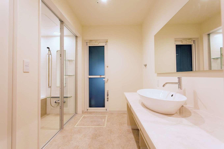 ARRCH アーチ【デザイン住宅、建築家、インテリア】ワイドスパンの鏡が付いた造作の洗面台、ガラス張りの浴室と在来浴槽など、ホテルライクな白いサニタリーは奥さまからのリクエスト