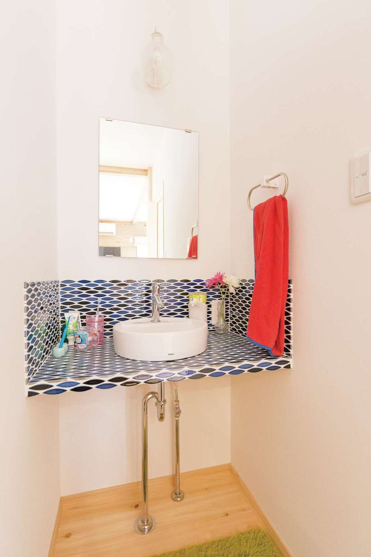 和室近くの洗面化粧台は和を感じさせるタイルをチョイス