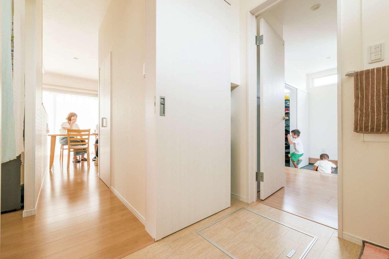 橋本組 ~つむぐ家~【子育て、収納力、間取り】玄関から浴室・キッチンとつながる楽ちん動線。子どももぐるぐる家の中を走り回っている