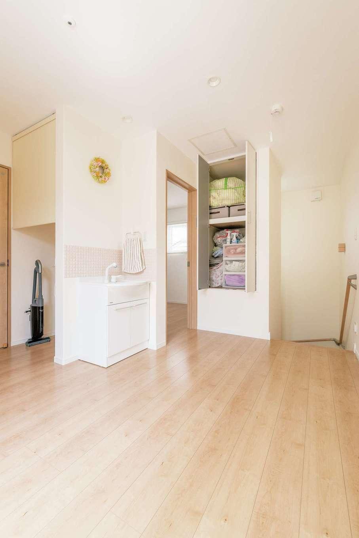 橋本組 ~つむぐ家~【子育て、収納力、間取り】収納スペースを確保した2階のホール。雨の日は室内干しもOK