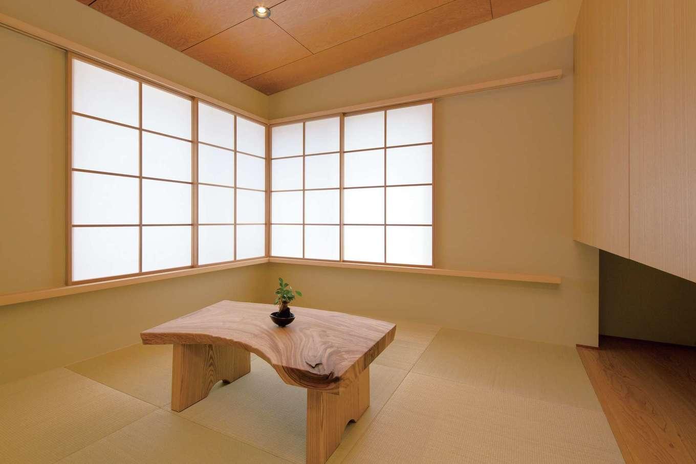 緩い勾配天井と吊押入れを採用し、より広く感じられる和室。障子から漏れる光の陰影が美しい