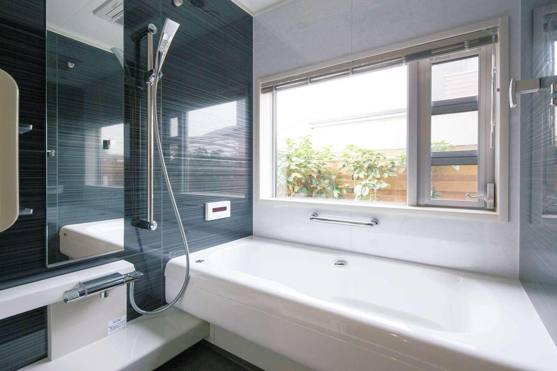 坪庭を愛でながら湯浴みを楽しめる浴室
