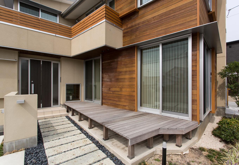 大谷石のアプローチ、木と塗り壁のコントラストが美しい