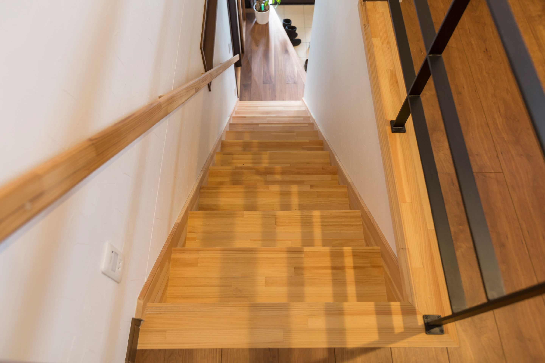 丸洋建設 ハウスオブハウス【趣味、間取り、ガレージ】玄関のすぐ横には2階へと繋がる階段がある。アイアンがアクセントになっている