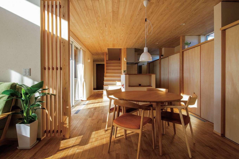 樹々匠建設【デザイン住宅、間取り、ガレージ】奥行と伸びのあるダイニングキッチン。キッチン背面収納は全長7.2mで、すべてを隠すことが出来る