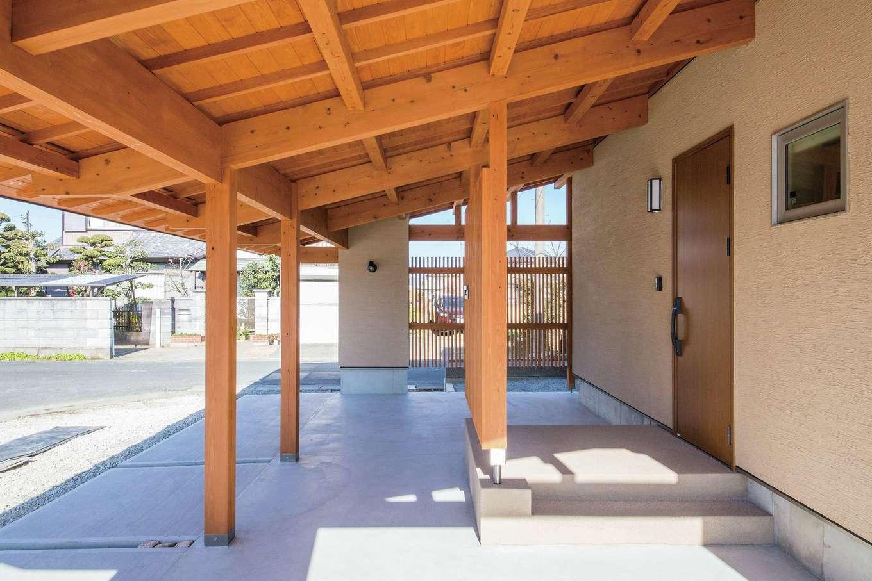 樹々匠建設【デザイン住宅、間取り、ガレージ】天竜杉を使った大きなガレージ。雨の日も安心して車の乗り降りができ、外遊びも可能にする
