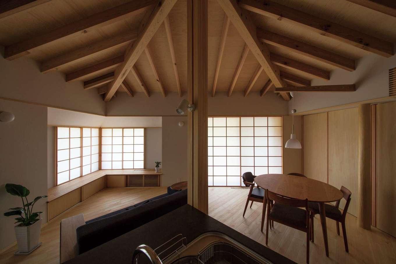 床、キッチン等々がすべて斜め45°に設けられ、視線の先がコーナーサッシからの借景に導かれる