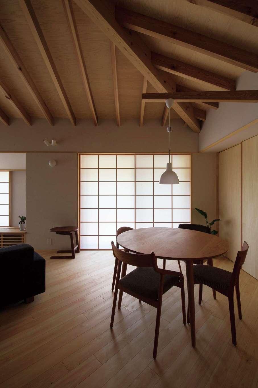 ダイナミックな空間が広がるLDK。天井のデザインが特徴的