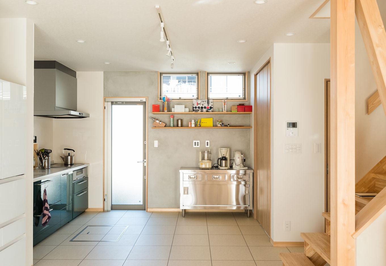 四季彩ひだまり工房 高田工務店【趣味、自然素材、間取り】奥さまが料理教室を開いているキッチンは8畳。生徒さんは土間玄関からリビングを通らず、直接アクセスできるので気を遣わずに済む。床の材質を変えたことで、生活空間とのメリハリをつけた