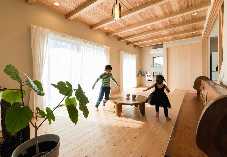 四季彩ひだまり工房 高田工務店【趣味、自然素材、間取り】床に無垢のヒノキ、天井に天竜杉を贅沢に貼ったリビング。子どもたちは夏も冬も素足で駆け回る。24時間換気システムにより、常にクリーンな空気が循環し、花粉やハウスダストの心配もない。教会で使われていた長いベンチとアンティークな卓袱台が木の空間にマッチしている