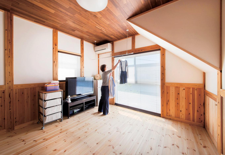 堀田建築【自然素材、和風、二世帯住宅】光が差し込む2階リビングの床は、あえて明るいパイン材を選択。無塗装で仕上げることで、1階とはちがうナチュラルな雰囲気に