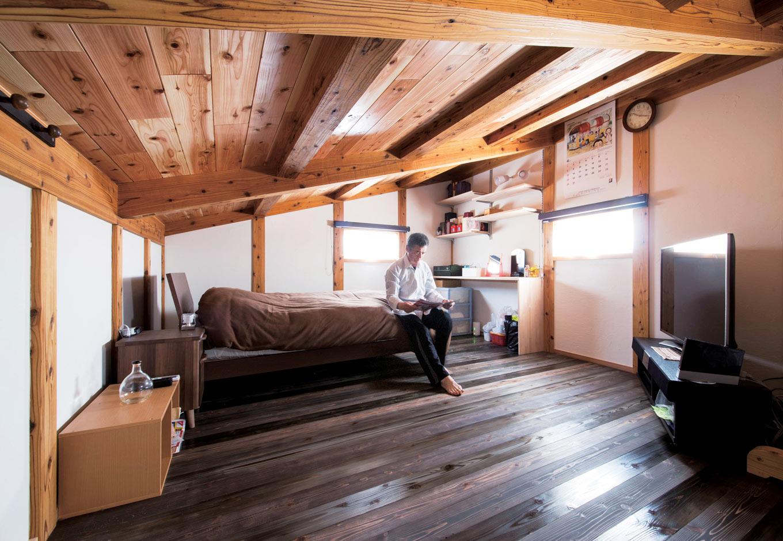 堀田建築【自然素材、和風、二世帯住宅】屋根裏にあるお父さまの部屋。登り梁にすることで余分な柱のないオープンな空間で、趣味の映画を思う存分に楽しむ。床は1階リビングと同じエゴマ油で仕上げた