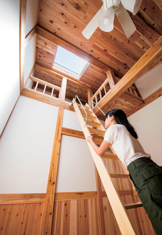 堀田建築【自然素材、和風、二世帯住宅】天窓があることで北側でも明るい子ども部屋。高い天井を生かし、秘密基地のような広々ロフトを手に入れた