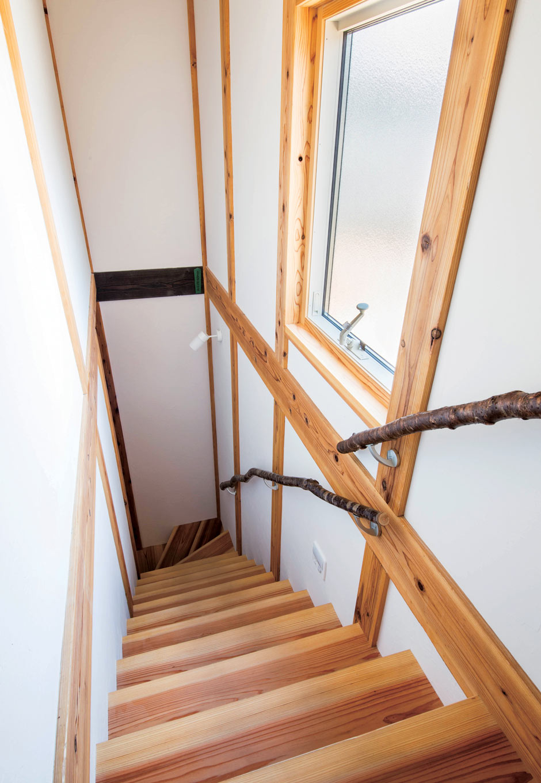 堀田建築【自然素材、和風、二世帯住宅】階段の手すりは、堀田さん自らが山に入り探してきたサルスベリと桜の木を使用。既製品にはない自然な曲線が美しい