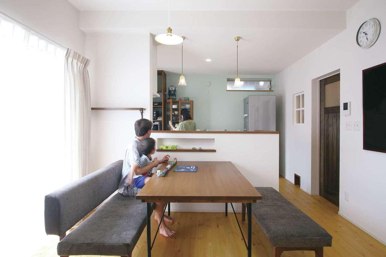 堀田建築【デザイン住宅、輸入住宅、自然素材】塗り壁と無垢材のフローリングをベースに、壁の色使いやアンティーク調の照明など、奥さまが憧れていたナチュラルなヨーロピアンテイストを盛り込んだLDK