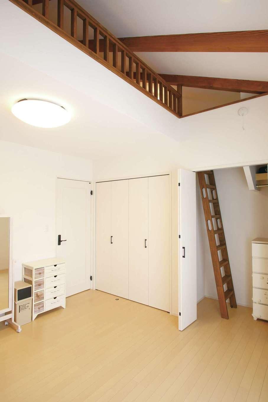 堀田建築【デザイン住宅、輸入住宅、自然素材】寝室の上部、収納力たっぷりのロフトはご主人の趣味のスペース。クローゼットの扉を開け、秘密の階段を上って
