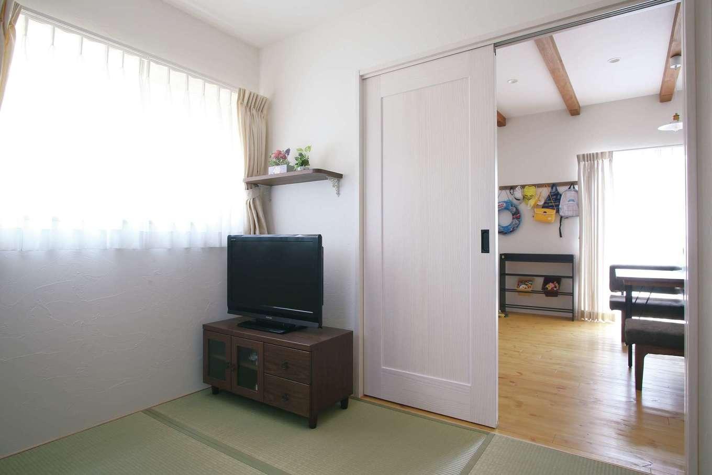堀田建築【デザイン住宅、輸入住宅、自然素材】LDKのすぐ隣にはお母さまの和室を配置。朝一番に光が入り風通しもいい、この家の特等席