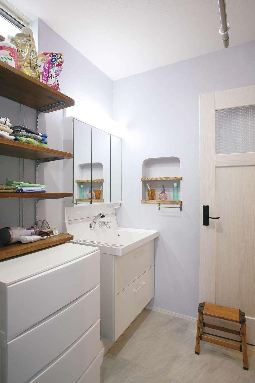 堀田建築【デザイン住宅、輸入住宅、自然素材】建て替え前の洗面所は狭くて湿気がひどかったため、広めのスペースを取った。キッチンとの境目の壁上部に窓をつけて換気にも配慮している