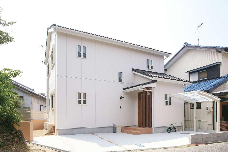 堀田建築【デザイン住宅、輸入住宅、自然素材】外観は、長く住んでも飽きが来ないようシンプルに。駐車スペースも広くとることができた