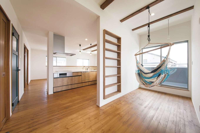 堀田建築【収納力、二世帯住宅、自然素材】2階のキッチン裏には、家族が自由に過ごせるフリースペースが広がる。子どもがハンモックで遊んだり、ご主人が本を読んだりするのにちょうどいい。奥さまが調理中でも、家族同士のコミュニケーションが生まれる。「ここは堀田さんからの提案です」と奥さま