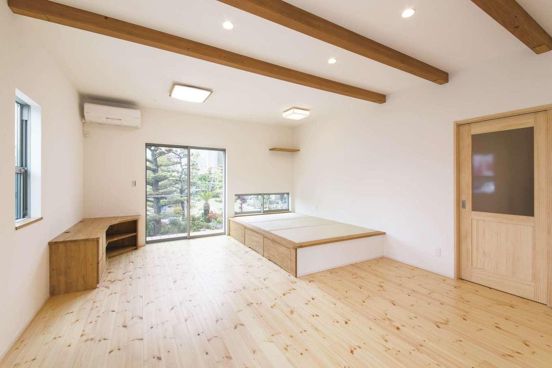 堀田建築【収納力、二世帯住宅、自然素材】こちらは祖父母が暮らす1階のLDK。パイン材の色合いを生かしたナチュラルな風合いが心地いい