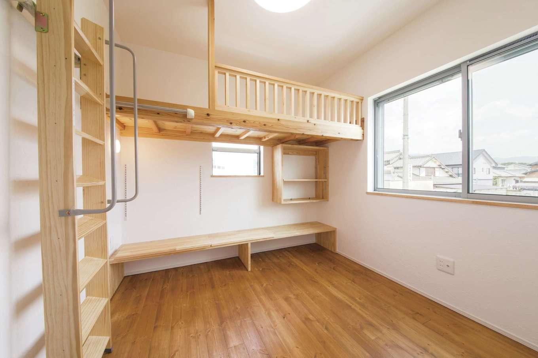 堀田建築【収納力、二世帯住宅、自然素材】2階子ども室は4.5畳。造作ベッドや、その下のデスクを造りつけることで、スペースを有効活用。自由な発想が活きる